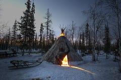 Vida quotidiana de pastores aborígenes da rena do russo no ártico Foto de Stock