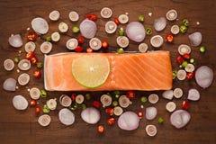 Vida rústica de la comida del filete de color salmón del ingrediente picante de la ensalada aún Fotos de archivo