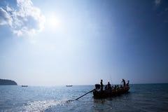 Vida real, uma fam?lia de Moken no barco tradicional velho beira no mar de andaman, Tail?ndia-Myanmar Cigano do mar imagens de stock