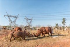 Vida - rinocerontes do tamanho, feitos da placa de lata, para a venda imagens de stock