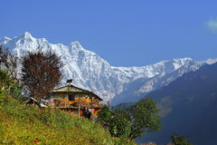 Vida rural en Nepal - una casa tradicional del nepali en las montañas de Himalaya Imágenes de archivo libres de regalías