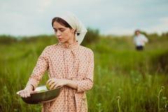 A vida rural saudável A mulher no campo verde Imagens de Stock