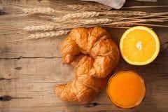 Vida sabrosa del cruasán y todavía del zumo de naranja rústica Imagenes de archivo