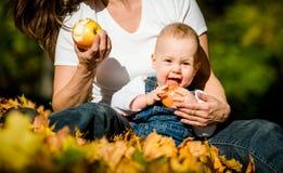 Vida saudável - comendo maçãs Imagem de Stock Royalty Free
