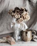 Vida secada de las flores, del pan y de la taza aún Imagen de archivo libre de regalías