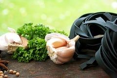 Vida simple de la cocina aún de la hierba de las pastas y del ajo Imagenes de archivo