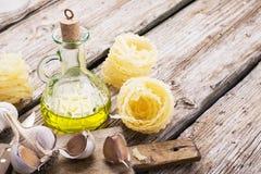 Vida simple de la cocina aún de las pastas, del aceite de oliva, del ajo fresco, de las hierbas y de las hierbas Imágenes de archivo libres de regalías
