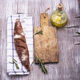 Vida simple de la cocina aún del pan fresco del oscuro-grano, un aceite de oliva del jarro Fotos de archivo libres de regalías