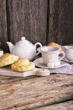 Vida simple de la cocina aún del té, de la taza, del terrón del azúcar blanco en un banco y de tortas hechas en casa frescas Fotos de archivo libres de regalías