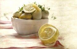 Vida simples do vintage ainda com limão e as batatas cozinhadas Foto de Stock Royalty Free