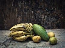 Vida todavía de la fruta tropical Imagen de archivo libre de regalías