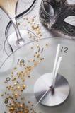 Vida todavía del Año Nuevo con el reloj y la máscara Foto de archivo libre de regalías