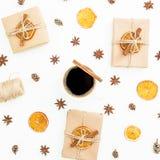 Vida todavía del Año Nuevo con la caja de regalo, la taza de café y la naranja secada en el fondo blanco Endecha plana, visión su Fotos de archivo libres de regalías