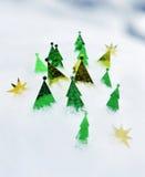 Vida todavía del Año Nuevo con las coníferas decorativas en nieve Imagen de archivo libre de regalías