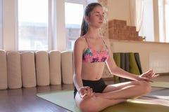 Vida tranquila del zen Uno mismo-mejora de la muchacha Imagen de archivo