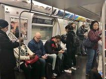Vida urbana diversa de conmutación de los neoyorquinos NYC del tránsito subterráneo del subterráneo de la gente de New York City imagen de archivo