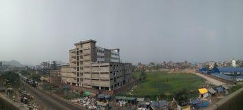 Vida urbana em mudança, desenvolvimento, situação de povos pobres, estradas de ferro Imagem de Stock Royalty Free