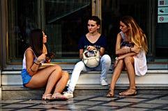 Vida urbana: Gente joven 2 al aire libre Foto de archivo libre de regalías