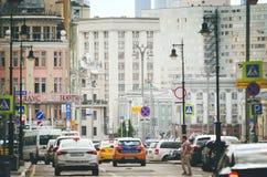 Vida urbana nas ruas de Moscou imagens de stock