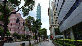 Vida urbana y tráfico en el camino con la torre de Taipei 101 en Taipei, Taiwán metrajes