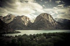 Vidd av sjön Iskander-Kul tajikistan tonat Royaltyfri Fotografi