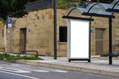 Vide d'isolement par blanc d'arrêt d'autobus d'espace publicitaire dehors personne Photographie stock libre de droits