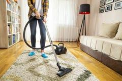 Vide de femme nettoyant la maison images libres de droits