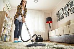 Vide de femme nettoyant le tapis photographie stock libre de droits