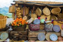 Vide- hattar för hantverk, apelsiner och andra souvenir i den Marocko marknaden royaltyfria bilder