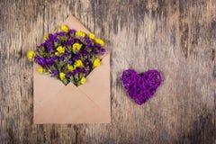 Vide- hjärta och lösa blommor i ett kuvert Romantiskt begrepp Royaltyfri Fotografi