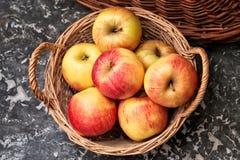 Vide- korg av mogna äpplen Arkivfoto
