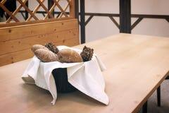 Vide- korg med bröd Bröd och bullar inom korg Nya bageriprodukter på tabellen Smakar bästa, när De är varmt Fotografering för Bildbyråer