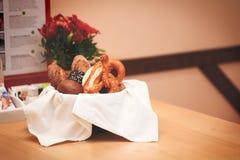 Vide- korg med bröd Bröd och bullar inom korg Nya bageriprodukter på tabellen Smakar bästa, när De är varmt Arkivbild