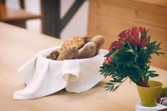 Vide- korg med bröd Bröd och bullar inom korg Nya bageriprodukter på tabellen Smakar bästa, när De är varmt Royaltyfria Bilder