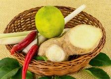 Vide- korg med för soppaTom Yam för ingredienser kryddig frukt för limefrukt för chili för lemongrass smaktillsats Fotografering för Bildbyråer