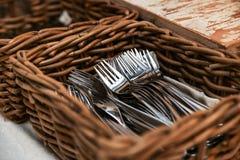 Vide- korg med gafflar i restaurangen arkivfoto