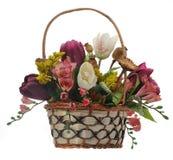 Vide- korg med konstgjorda blommor Royaltyfria Foton