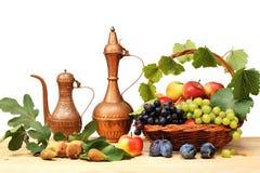 Vide- korg och frukt Fotografering för Bildbyråer