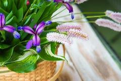 Vide- korgar med blommor Arkivbild