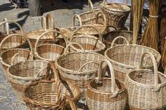 vide- korgar som är handgjorda i ett traditionellt medeltida, shoppar, hantverk I Royaltyfri Bild