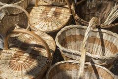 vide- korgar som är handgjorda i ett traditionellt medeltida, shoppar, hantverk I Arkivfoto