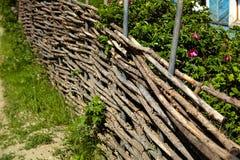 Vide- lantligt staket i trädgården arkivbilder