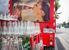 Vide réutilisez les bouteilles de coca-cola dans la boîte en plastique rouge Photos libres de droits