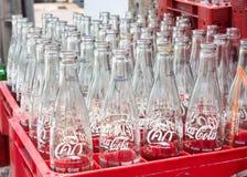 Vide réutilisez les bouteilles de coca-cola dans la boîte en plastique rouge Photo libre de droits