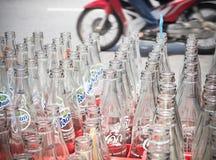 Vide réutilisez les bouteilles de coca-cola dans la boîte en plastique rouge Images stock