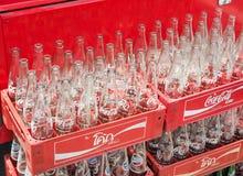 Vide réutilisez les bouteilles de coca-cola dans la boîte en plastique rouge Photos stock