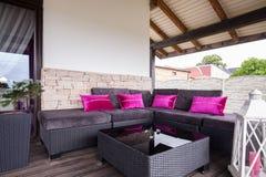 Vide- soffa på terrassen royaltyfria foton