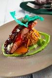 Vide sous saumoné avec la julienne des légumes cuits Image stock
