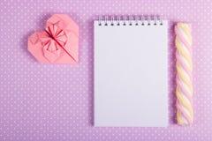 Vide- valentin på en purpurfärgad bakgrund St Dag för valentin` s Fotografering för Bildbyråer