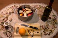 Videira ferventada com especiarias na tabela com cravos-da-índia, laranja, maçã e canela Imagem de Stock Royalty Free